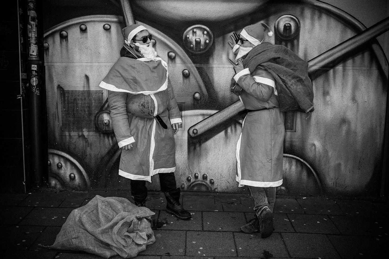 zwei Weihnachtsmänner in der Zülpicher Straße