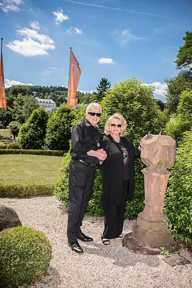 Hannelore und Heino im Garten des alten Kurhauses, in dem sie wohnen