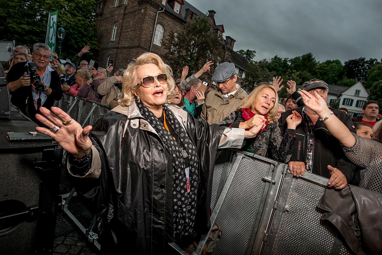 Hannelore vor der Bühne auf dem Bad Münsteraner Klosterplatz
