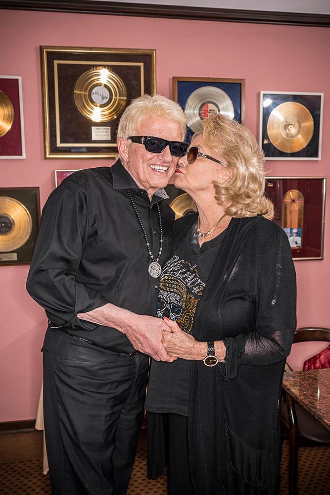 Hannelore und Heino vor einem Teil der goldenen Schallplatten