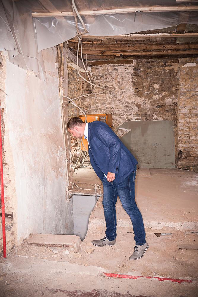 der Leiter des Outlets besichtigt eine neue Baustelle