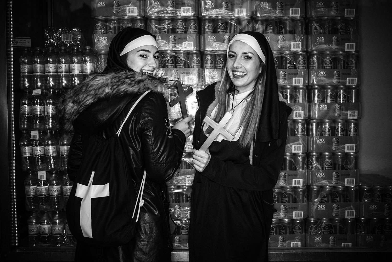 Jana und Jennifer, Nonnen vor einer Trinkhalle